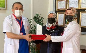 Başhekim Uysal'dan Holoğlu ailesine teşekkür plaketi