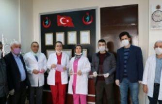 Eğitimcilerden sağlıkçılara koruyucu siperlik ve maske yardımı