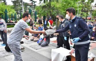 Büyükşehir cuma namazı öncesi seccade ve dezenfektan dağıttı