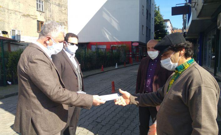 Kaymakam Fırat ve Başkan Sarıalioğlu esnaf ve vatandaşlara maske dağıttı