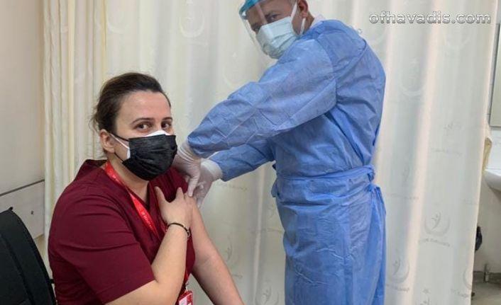 Of'ta ilk Covid aşısı sağlık çalışanlarına