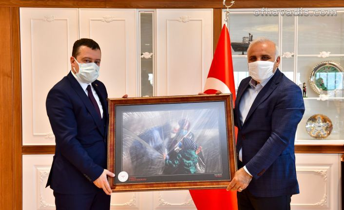 Sağlık Müdürü Usta'dan Zorluoğlu'na anlamlı hediye