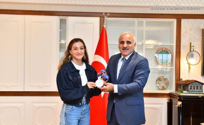 Başkan Zorluoğlu olimpiyat ikincisi Busenaz Çakıroğlu'nu ağırladı