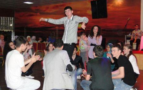 Anadolu Lisesi öğrencileri moral gecesinde doyasıya eğlendi