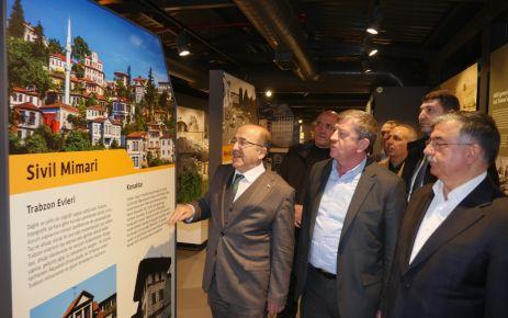Bakan Yılmaz, Şehir Müzesi ve Kent Meydanını gezdi