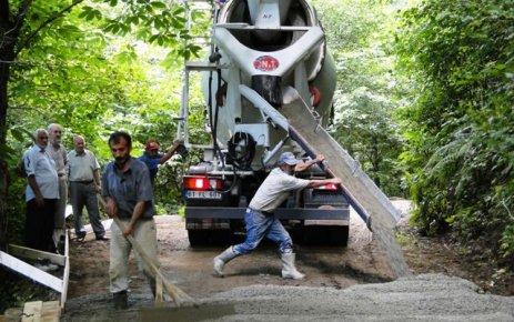 Ballıca'da genişlenen yollar betonlanıyor