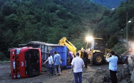 Ballıca'da hafriyat kamyonu devrildi