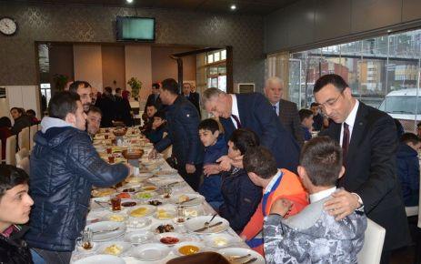 Sarıalioğlu ve Arslan engelli öğrencilerle kahvaltıda buluştu