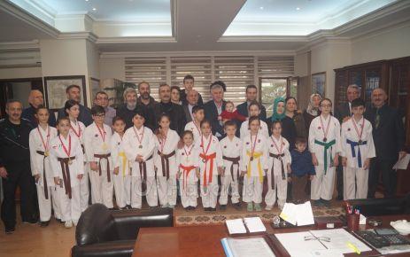 Başkan Sarıalioğlu'ndan karatecilere altın