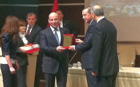 Başkan Terzioğlu ilk plaketini Başbakan Erdoğan'dan aldı