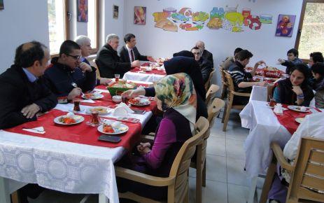 Başkan ve Kaymakam Özel Eğitim öğrencileriyle kahvaltı yaptı