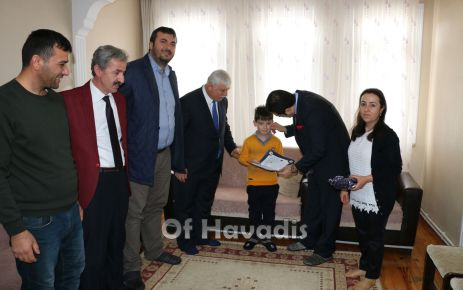 Kaymakam Fırat'tan hasta öğrencilere evlerinde karne sürprizi