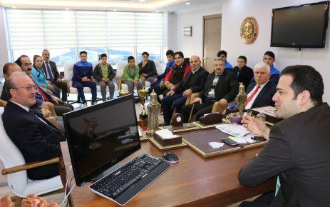 Kaymakam Fırat'tan Şampiyon Öğrencilere altın