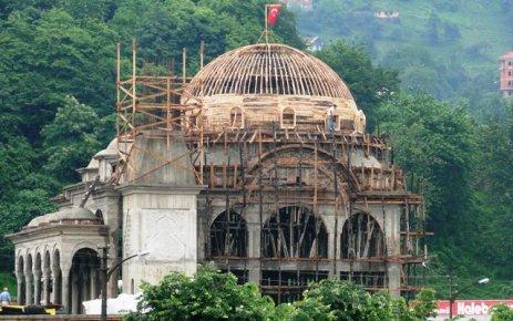 Of Sanayi Sitesi Camii yükseliyor