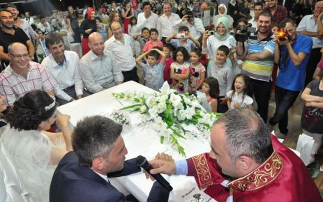 Başkan Saral gençleri nikahta yalnız bırakmıyor