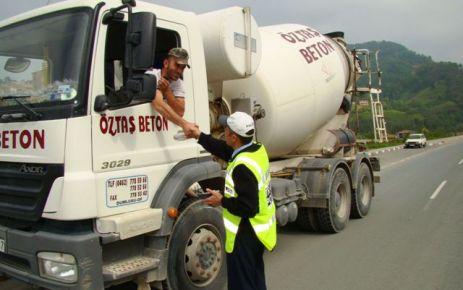 Of'ta Trafik ekipleri denetimlerini çikolata ile yapıyor
