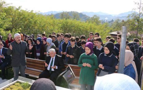 Öğrenciler Şehit Necmi Çakır'ı kabri başında dualarla andı