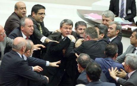 Oktay Saral'dan CHP'li Tezcan'a yumruk