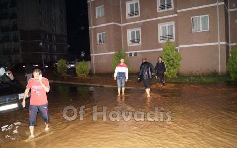 Sağanak yağış Of'u vurdu; Toki, Hastane ve işyerlerini su bastı