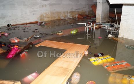 Sahil Camii ve sahildeki işyerlerinin alt katları suyla doldu