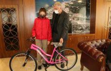 Başkan Sarıalioğlu'ndan başarılı öğrencilere bisiklet
