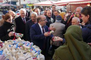 Başkan Gümrükçüoğlu bez poşet dağıttı