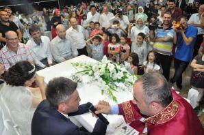 Of'ta gençler Başkan Saral'ın nikahlarıyla dünya e