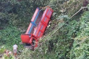Erenköy'de kamyon uçuruma yuvarlandı