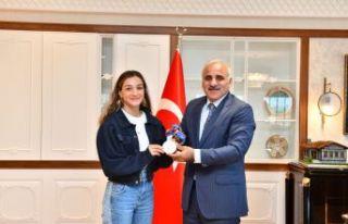 Başkan Zorluoğlu olimpiyat ikincisi Busenaz Çakıroğlu'nu...
