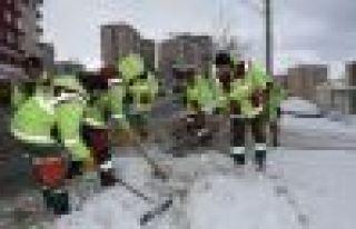 Belediye ekipleri kar seferberliğine devam ediyor...