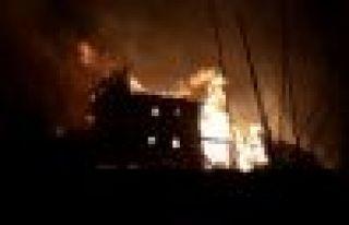 Çaykara'da iki ev yandı
