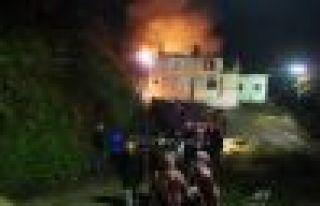 Of Sıraağaç'ta tarihi taş ev yandı
