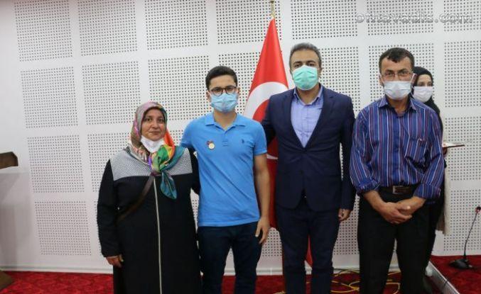 Bayraktar'dan Tıp Fakültesi kazanan öğrencilere cumhuriyet altını